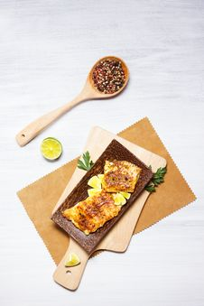 Free Fried White Fish, Served With Lime Stock Image - 28892731
