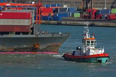 Free Container Ship And Tag Boat Royalty Free Stock Photography - 2895837