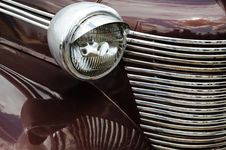 Free Brilliant Headlight Royalty Free Stock Images - 2899029