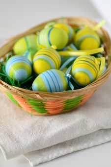 Free Easter Eggs In A Basket Stock Image - 28921211