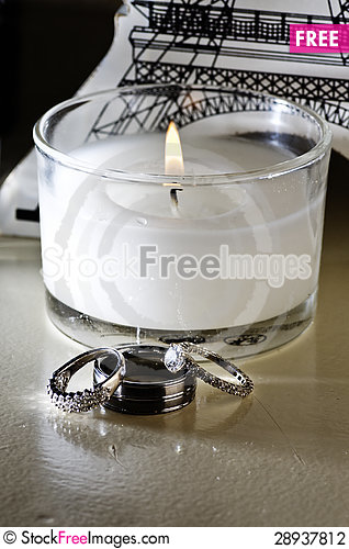 Free Vertical: Wedding Rings, White Candle, Table Decor Stock Photography - 28937812