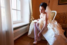 Free Happy Bride Wears Her Shoes Royalty Free Stock Photo - 28965515