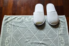 Free White Slippers And Doormat Royalty Free Stock Images - 28983039