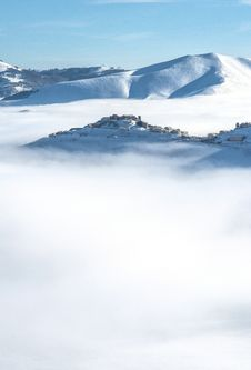 Free Snowy Mountain In Fog Stock Image - 28984531