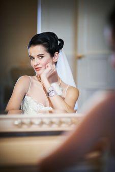Free Beautiful Bride Sitting Near Mirror Royalty Free Stock Photos - 29079958