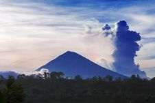 Free Agung Volcano Royalty Free Stock Image - 29118756