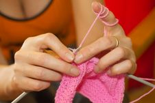 Free Hands Of A Woman Knitting With Pink Wool Royalty Free Stock Photography - 29128537