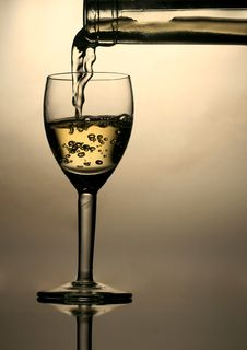 Free Pouring White Wine Stock Photos - 2926383