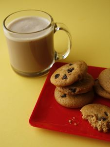 Free Chocolate Chip Cookies And Hot Coco Royalty Free Stock Photography - 29210397