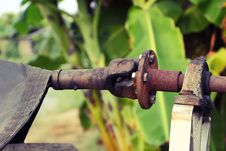 Free The Old And Rusty Shaft Of The Water Pump Stock Photo - 29234160