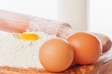 Free Vintage Rolling Pin With Flour And Eggs Royalty Free Stock Photo - 29282695