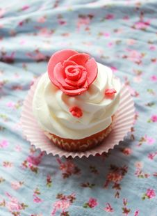 Free Vintage Cupcake On The Window Stock Image - 29326101