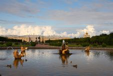 Free The Upper Gardens Of Peterhof Royalty Free Stock Photo - 29342495