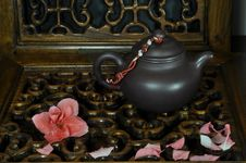 Free Tea Pot And Falling Flowers Stock Images - 29354094