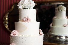 Free Wedding Cake And Reflection In Mirror Stock Images - 29364764