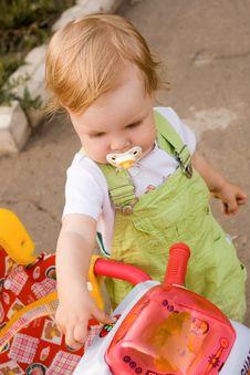 Free The Girl On Walk Royalty Free Stock Photos - 2953718