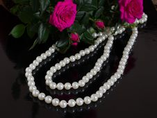 Free Pearl Necklace And Bouquet Of Roses Stock Photography - 29541822
