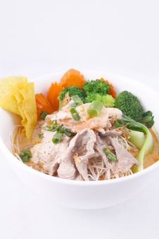 Free Laksa Noodle Soup With Chicken, Fresh Vegetables And Wonton On T Stock Images - 29622044