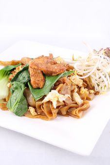 Free Asian Stir Fried Flat Rice Noodles. Pad Se Ew With Chicken. Royalty Free Stock Images - 29622639