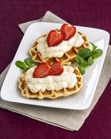 Free Wafer With Cream And Strawberries Royalty Free Stock Image - 29811386