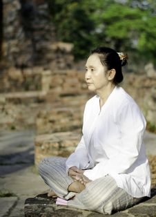 Free Buddhist Woman Meditating Stock Photography - 29906182