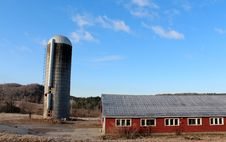 Free Old Silo And Red Barns Royalty Free Stock Photography - 29911017