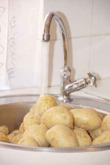 Free Fresh Clean Potatoes In A Kitchen Sink Stock Photos - 29953143