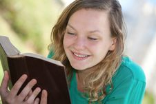 Free Girl Reading A Book Royalty Free Stock Images - 29971079