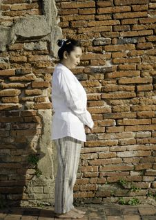 Free Buddhist Woman Standing Meditating Royalty Free Stock Photos - 30007328