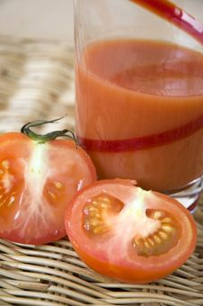 Free Half Of Tomato With Tomato Juice Stock Images - 30016624