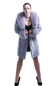 Free Beautiful Brunette In Luxury Fur Coat With Decollete Royalty Free Stock Photo - 30121445