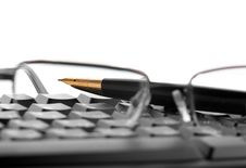 Free Points Lie On The Keyboard Next To The Fountain Pen Stock Photos - 30158423