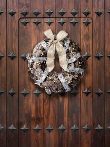 Free Christmas Wreath On Wooden Door Royalty Free Stock Image - 30181316