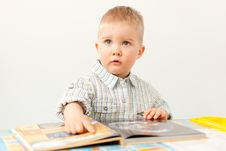 Free Curious Baby Boy Studying With The Book Royalty Free Stock Images - 30222569