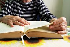 Free A Senior Woman Reading A Book Stock Images - 30280424