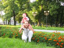 Free Happy Mum And The Daughter In Park With Flowers Royalty Free Stock Photo - 30283405