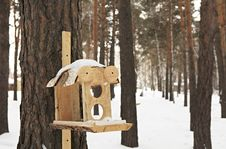 Free Feeder For Squirrels And Birds Royalty Free Stock Images - 30287089