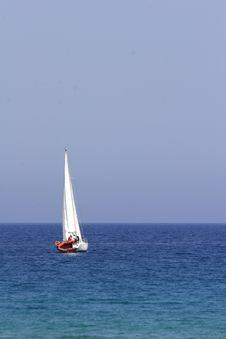Free Sail Boat Cruising The Coast O Royalty Free Stock Images - 3033699