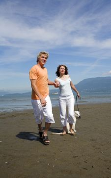Free Young Couple On The Beach Royalty Free Stock Images - 3034399