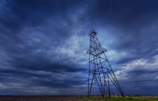 Free Oil And Gas Rig Profiled On Ominous Stormy Sky Royalty Free Stock Images - 30386869