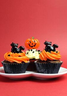 Happy Halloween Orange And Black Decorated Cupcakes - Vertical With Copyspace. Royalty Free Stock Image