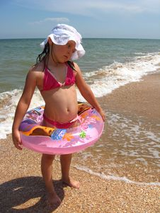 Free Little Girl Plays At The Sea Stock Photography - 30436402