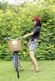 Free Young Woman With Retro Bicycle In A Park Royalty Free Stock Images - 30460399