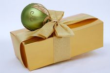 Free Green Christmas Ball And Box Royalty Free Stock Images - 3056269