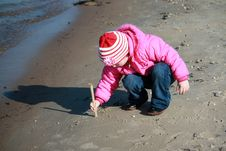 Free A Girl Drawing On The Sand Stock Images - 30501534