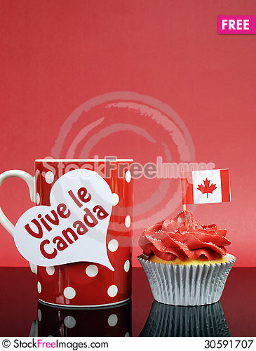 Free Canadian Cupcake With Maple Leaf Flag Royalty Free Stock Photography - 30591707