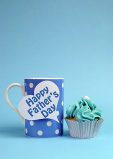 Free Happy Fathers Day Message On Blue Theme Polka Dot Coffee Mug With Cupcake - Vertical. Stock Photo - 30609360