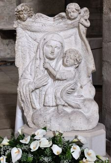 Free Bas-relief Stone Madonna With Child Stock Photo - 30647120