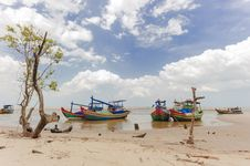 Free Fishing Boats Anchored Near The Seaside Royalty Free Stock Images - 30676039