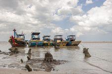 Free Fishing Boats Anchored Near The Seaside Royalty Free Stock Photos - 30676068